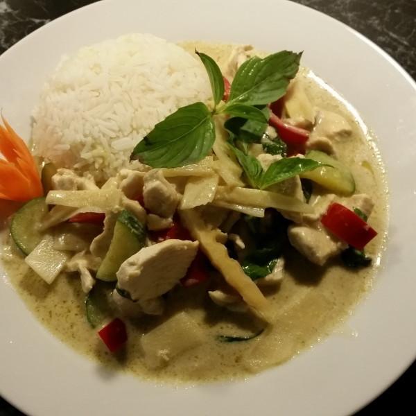 Poulet Thai-Art (Roter od. grüner Curry)