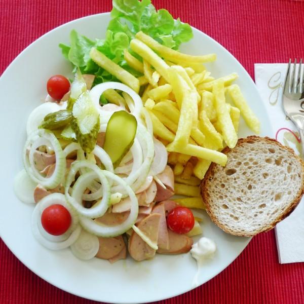 Wurstsalat einfach mit Pommes Frites
